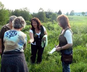 Kräuterfrauen Nagel beim Erklären und Sammeln