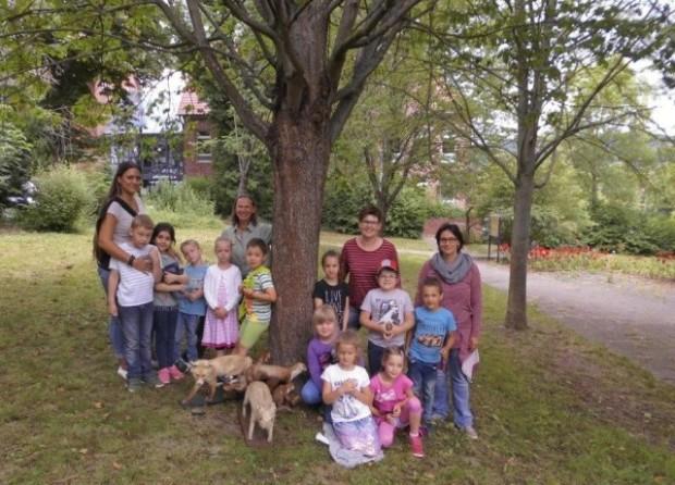 Gruppenbild mit Ranger c Geo Naturpark Frau Holle Land 620x446 Sparkassen Stiftung Werra Meißner unterstützt die Umweltbildung im Geo Naturpark