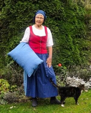 Hanna Wallbraun im Kostüm mit Katze(C)Wallbraun