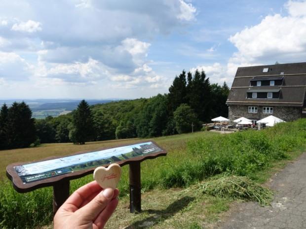 Herz Verlieren an Panoramatafel Hoher Meissner c Marco Lenarduzzi 620x465 Neue Panoramatafel erklärt die Aussicht