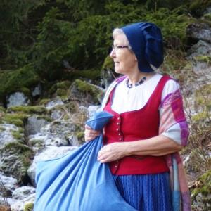 Frau Holle an ihrem Teich (c) Andrea Imhäuser