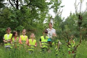 Kindergartenkinder mit der Rangerin unterwegs (c) Anja Laun