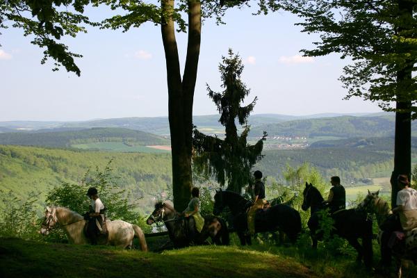 Pferde mit Reitern Ausblickc Reiterhof Hirschberg Kreativ Preis für Reiterhof Hirschberg