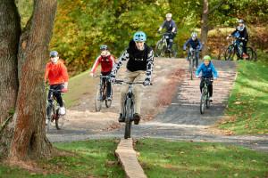 Sportler auf dem Mountainbike-Parcour Pumptrack Sontra (c) RadQuartier GmbH