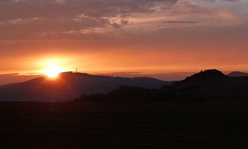 """Naturpark Habichtswald AHartmann 2014 Sonnenuntergang """"Liebeslust und Lebensfreude"""": Feuersprung in die Vollmondnacht und Birken Maibaum (Jahreskreis Veranstaltung)"""