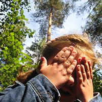 Naturpark Habichtswald Pixelio Michael Horn Mädchen im Wald Den Wald mit allen Sinnen erleben