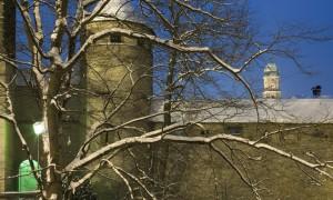 Die Stadtmauer von Amberg mit dem Kirchturm St. Martin