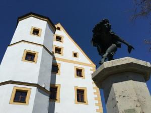 K800_NP HW 41 Schmidmühlen Oberes Schloss mit Brunnen (c) Naturpark Hirschwald