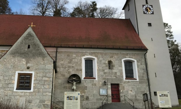 Kirche Pfaffenhofen c Naturpark Hirschwald 620x372 Kirche & Wirtshaus mit Pfiff: Pfaffenhofen