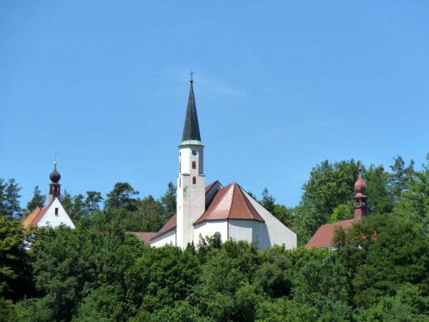 Kirche Vilshofen c Naturpark Hirschwald 620x465 Wälle und Wege