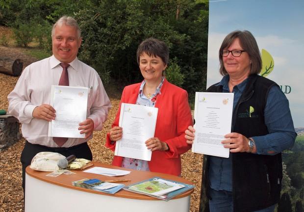 Unterzeichnung Koop Vertrag 2 c Hubert Söllner 620x434 Naturpark Hirschwald und Mittelschule Ensdorf schließen einen Kooperationsvertrag