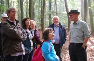 Christian Schröder u. Stephanie Ladwig von links informieren sich bei Peter Hundrieser rechts1 300x197 Erfolgreiche Veranstaltungsreihe mit Naturpark Botschaftern