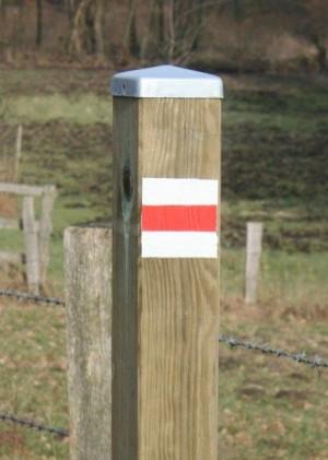Markierungspfahl 300x421 Wanderwegeprojekt – Die ersten Armwegweiser stehen
