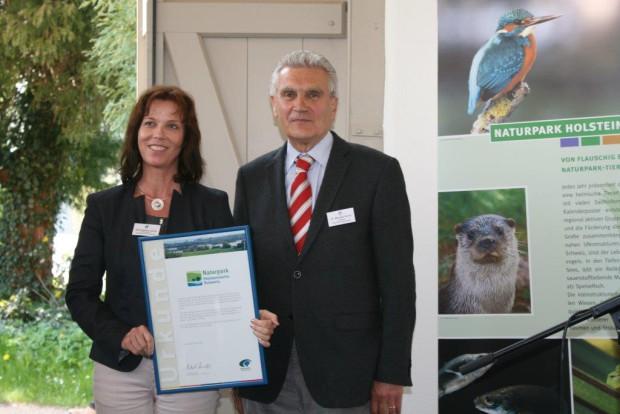 Stehpanie Ladwig und Dr. Michael Arndt Urkundenuebergabe 30 Jahre NPHS Foto S. Fuhrmann 620x414 Der Naturpark Holsteinische Schweiz feierte seinen 30. Geburtstag