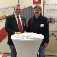 Kostenlose Sprechstunde im Rathaus: Gebäude-Energieberater Jürgen Kotz (rechts) wird von Eschenburgs Bürgermeister Götz Konrad begrüßt.