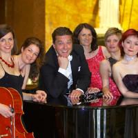 Stefan Lex und das Ensemble Pomp-A-Dur. Foto: Holtschneider & Peetz