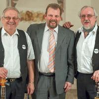 """Kulturkreis-Vorsitzender Götz Konrad (Mitte) und die beiden Mundart-Barden Edwin Panz (l.) und Thomas Jopp hatten bereits beim Neujahrsempfang einen ersten Vorgeschmack gegeben. Für das Dialekt-Festival """"MundART"""" am 7.Mai in der Wissenbacher Mehrzweckhalle suchen sie noch Mitstreiter. (Foto: Detlef Krentscher)"""
