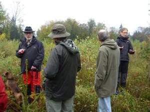 Dr. Thomas Schmidt-Langenhorst, Leiter des Nds. Forstamtes Münden zeigt eine ehemalige Sturmfläche