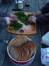 Kräuterverarbeitung c Sibylle Susat 200x267 Rotwildkeule im Kräutermantel