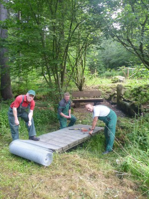 Mitarbeiter des Naturparks Münen beim Bau eines Steges (c) Sibylle Susat