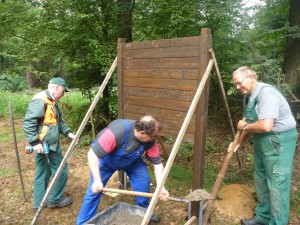 Naturparkmitarbeiter beim Aufstellen einer Infotafel (c) Sibylle Súsat