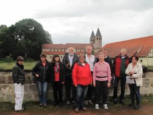 Zufriedene Wanderer vor der Klosterkirche in Bursfelde (c) R. Clauditz