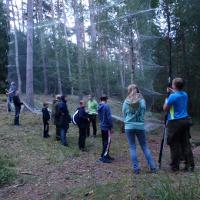 Kinder beim Netzaufbau am Brillensee - Copyright: Ralf Koch