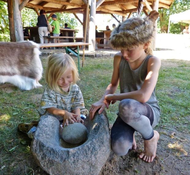 Mahlen mit der Trogmühle 1 620x572 Steinzeitfest muss 2020 ausfallen