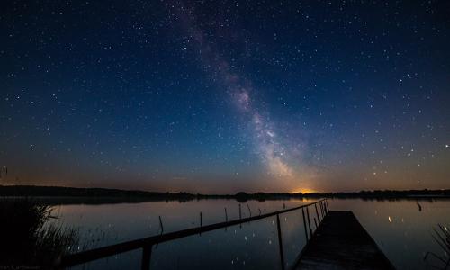 Nachthimmel mit Steg Sebastian Kartheuserb Vorankündigung: Workshop Astrofotografie am 20./21. April