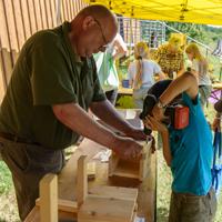 Die Ranger des Naturparks helfen beim Bau von Nistkästen.