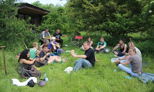 gemeinsame Pause klein Diestelbekämpfung auf dem Großen Werder