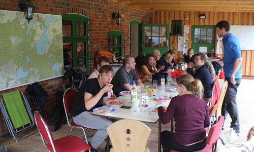 """gemeinsames Essen Fledermausworkcamp in der Naturschutzstation """"Gerhard Cornelssen Haus"""""""