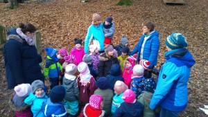 Kinder bilden einen Baum