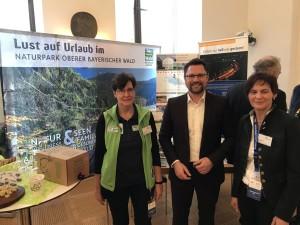 Dr. Gerhard Hopp an unserem Stand im bayerischen Landtag mit unserer Gebietsbetreuerin Anette Lafaire (links) und unserer Geschäftsführerin Petra Meindl (rechts).