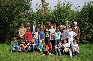 Baumpflanzung am Projekttag in der Fledermausschule Laufenselden.