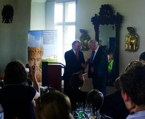 Landrat Harri Reiche übergibt dem Ministerpräsidenten Dr. R. Haseloff offiziell das Lesebuch