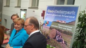 Angela Merkel und Reiner Haseloff am Naturparkstand 2015