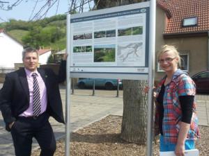 Geschäftsführerin Susanne Hübner und Bürgermeister Andreas Marggraf prsentiren die Tafel