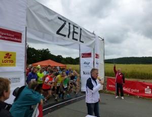 Himmelswegelauf Start der 10km mit Landrat und Naturpark Vorsitzenden Harri Reiche 300x232 Himmelswegelauf 2014