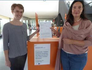 Übergabe des Arbeitsvertrages durch Arche-Nebra-Geschäftsführerin Bettina Pfaff. Foto: Arche Nebra, M. W.
