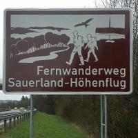 Das touristische Autobahnschild an der A45 bei Meinerzhagen (Foto: Firma Kindel).