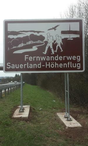 Autobahnschild2 Sauerland Höhenflug: Neues touristisches Hinweisschild an der A45 bei Meinerzhagen