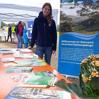Regionalmangerin Christina Ermert präsentierte gemeinsam mit Mona Mause, Regionalmanagerin Kreis Olpe, den Naturpark auf der Ginsberger Heide (Foto: Naturpark Sauerland Rothaargebirge e.V.)