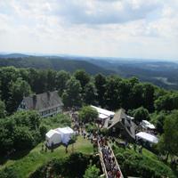 Mit einem phantastischen Ausblick wird der Wanderer von der Ginsburg belohnt, direkt zu Füßen der Ginsburg das Hammergewerkehaus (Foto: Naturpark Sauerland Rothaargebirge e.V.)