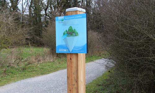 """Die Juwelenplakette weist den Weg zum Naturparkjuwel Felsenmeer Neues Leitsystem im Naturparkjuwel """"Felsenmeer"""""""
