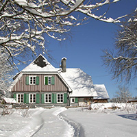 Das Forsthaus Hohenroth verzaubert nicht nur  im Winter durch seine idyllische Lage (Foto: NPSR)