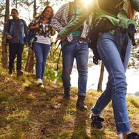 An sportliche Wander*innen, die gerne zügig unterwegs sind, richtet sich dieses Angebot (Foto: Studio Romantic - stock.adobe.com)