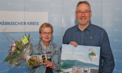 Innen Gewinnübergabe an Frau Karin Schmidt Briloner Waldfee zieht glückliche Gewinner des Juwelensuche Gewinnspiels