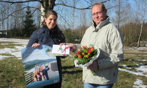 Innen Gewinnübergabe auf der Trupbacher Heide Briloner Waldfee zieht glückliche Gewinner des Juwelensuche Gewinnspiels