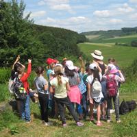 Das Lernen in und mit der Natur ist wichtig für die Entwicklung von Kindern und trägt zum Gelingen einer nachhaltigen Entwicklung bei (Foto: Naturpark Sauerland Rothaargebirge e.V.)